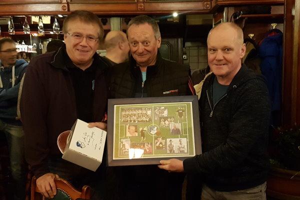 Klaus Pfesdorf (links) und Mirko Hesse (rechts) überreichten Geburtstagstrainer Heinz Sobczak die Geschenke zum 60. Geburtstag. | Foto: Verein