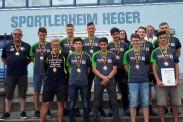 Gemeinsames Foto bei der Auszeichnung der B-Jugend zum Landesligaaufstieg.   Foto: Verein