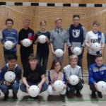 Gemeinsames Erinnerungsfoto, natürlich mit den signierten Bällen von den FCM-Kickern. | Foto: Verein