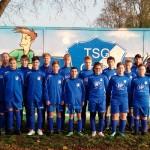 Die C-Jugend der TSG in den neuen Sachen überreicht durch Heiko Neuling (1.v.l.) und Toralf Sülzle (2.v.l.). | Foto: Verein