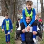 Ihabs Papa trägt Dean Leinung verletzt, jedoch unendlich glücklich über den Sieg, in die Kabine. | Foto: Verein