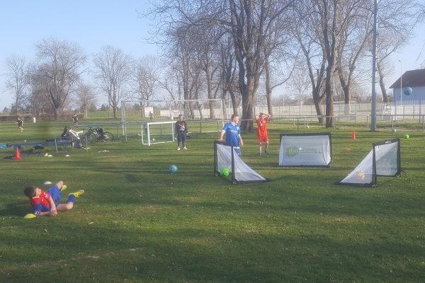 Die D-Jugendkicker hatten sichtlich Spaß mit den neuen Toren.