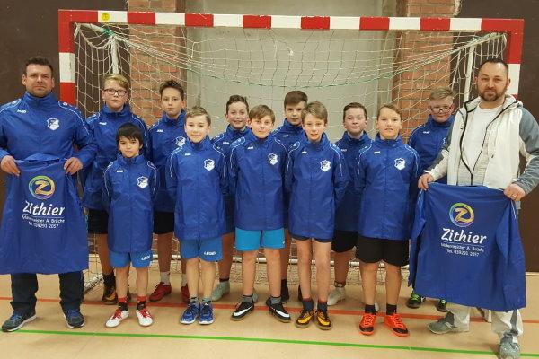 Gemeinsam mit ihrem Trainer Maik Hoffmann (1.v.l.) bedanken sich die D-Jugendkicker der TSG Calbe bei Andre Brüche, dem Inhaber von Malermeister Zithier.   Foto: Verein