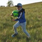 Ben Lenhart hat natürlich an der frischen Luft seinen Fußball dabei.   Foto: Verein