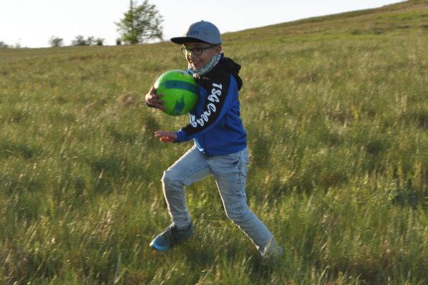 Ben Lenhart hat natürlich an der frischen Luft seinen Fußball dabei. | Foto: Verein