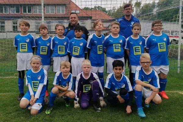 Die E-Jugendmannschaft der TSG Calbe in ihren neuen Trikots des Calbenser EDEKA-Marktes. | Foto: Verein