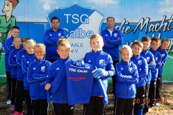 Die E-Jugend der TSG Calbe freut sich über ihre neuen Trainingsanzüge.   Foto: Verein