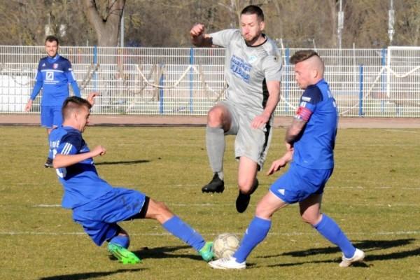 Ab durch die Mitte. Die Calbenser um Stefan Schliemann (M.) fuhren gegen den 1. FSV Nienburg die ersten drei Zähler der Rückrunde ein. | Foto: Kevin Sager
