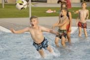 Flugkopfballtraining im Schwimmbecken.