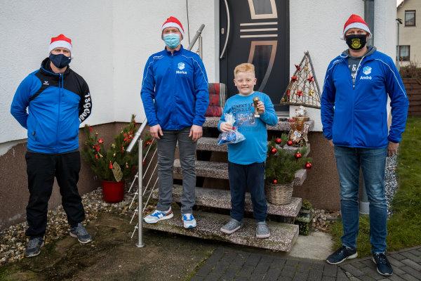 Steven Höhne, Marius Kunow, Jugendkicker Luca Fenzl und Andre Hoffmann bei einem der zahlreichen Weihnachtsbesuche.
