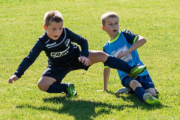 Natürlich geht es auch schon kräftig zur Sache beim Kampf um den Ball. | Foto: Verein