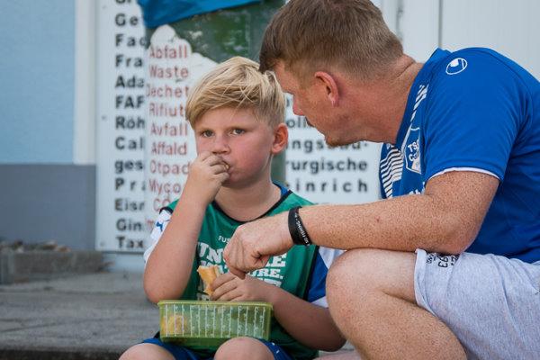 TSG-Trainer Steven Höhne im Gespräch mit seinem Sohn Mats. | Foto: Verein