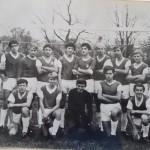 Links Außen als Betreuerin der A-Jugendmannschaft der TSG Calbe in der Saison 1970/71. Am rechten Rand steht TSG-Trainer Max Mergner. Mit auf dem Foto ist der derzeitige Abteilungsleiter Rainer Schulze (rechts kniend neben dem Torhüter).