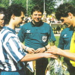 Am 12.Mai 1994 traf die erste Mannschaft der TSG Calbe auf den späten Deutschen Meister Borussia Dortmund. Diese Begegnung stellte neben dem freundschaftlichen Vergleich mit Borussia Mönchengladbach bisher den Höhepunkt in der bisherigen Vereinsgeschichte dar. Unser Foto zeigt die Begrüßung der beiden Kapitäne Andreas Zempter (TSG Calbe) und MIchael Zorc (Borussia Dortmund). In der Mitte verfolgt FIFA-Referee Bernd Heinemann aus Magdeburg aufmerksam den Vorgang.
