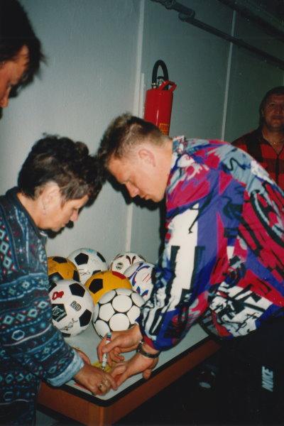 BVB-Keeper Stefan Kloß schreibt fleißig Autogramme, ier für Edith Thiemann.