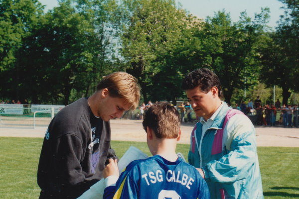 Stefan Klos schreibt kurz vor dem Anpfiff noch fleißig Autogramme.