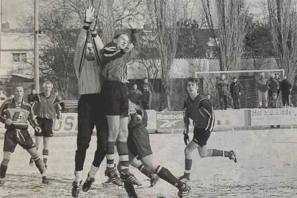 Jan Arnoldi vom FC Eintracht Köthen springt hier mit TSG-Schlussmann Christian Harant um die Wette. Das Hinspiel in Köthen endete letztlich mit 3:3.