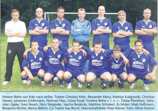 Mannschaftsfoto der Calbenser Landesligamannschaft um TSG-Trainer Christian Kehr.