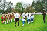 Die Regionalligamannschaft des 1. FC Magdeburg und die Landesligamannschaft der TSG Calbe auf dem Weg zum Anstoß des Landespokalspiels.