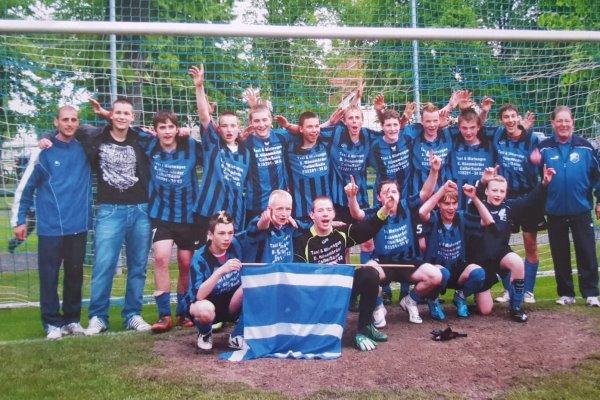 ZUm Abschluss der Saison 2009/10 konnten die B-Jugendkicker der TSG Calbe um Trainer Benjamin Rust den Kreispokalsieg feiern. | Foto: Verein
