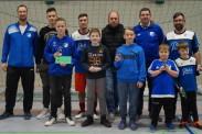 Gemeinsames Erinnerungsfoto der geehrten Nachwuchskicker mit ihren Trainern. | Foto: Verein