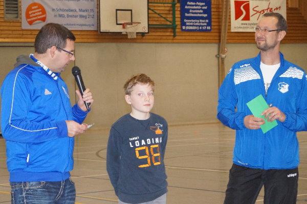 E-Jugendtrainer Marcel Kautz, Spieler ... und Nachwuchsleiter Sven Brösel mitten bei der Ehrung. | Foto: Verein