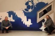 Stefan Storch und Mirko Fölsch vor einer der neu gestalteten Wände im Hegerstadion. | Foto: Verein