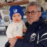 Rainer Schulze, Abteilungsleiter Fußball und sechsfacher Opa, mit dem jüngsten Mitglied der Abteilung, seinem Enkel Ben. Ben wurde im Mai 2017 geboren und noch im gleichen Monat Mitglied bei der Abteilung Fußball. | Foto: Verein