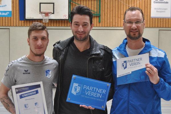 Marius Sowislo (Mitte) übergibt die Partnervereinsurkunde an TSG-Trainer Sascha Bergholz (links) und TSG-Nachwuchsleiter Sven Brösel. (rechts)   Foto: Verein