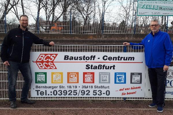Sven Brösel übergab vor Kurzem die Bandenwerbung des BCS symbolisch an Abteilungsleiter Rainer Schulze. | Foto: Verein