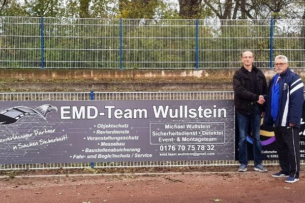 Michael Wulfenstein und Rainer Schulze vor der neuen Bandenwerbung im Calbenser Hegerstadion. | Foto: Verein