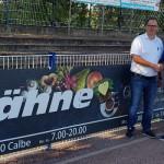 Stephan Lähne vom Edeka-Markt in Calbe und TSG-Abteilungsleiter Rainer Schulze vor der neuen Bandenwerbung im Hegerstadion. | Foto: Verein