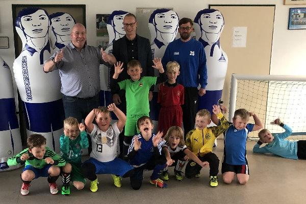 Thomas Vollhardt (1. hinten links) und Torsten Blauwitz (hinten mitte) freuen sich mit den Kickern der Calbenser F-Jugend über das neue Trainingszubehör. | Foto: Verein