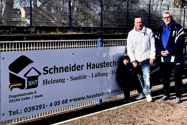 Narcus Schneider mit Sohn Phil und Rainer Schulze vor der neuen Bandenwerbung im Hegerstadion. | Foto: Verein