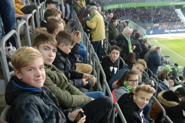 Bereits in der Arena und gespannt auf das Bundesligaspiel. | Foto: Verein