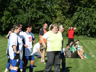 Trainerin B. Heinz (v.r.) beobachtet das Geschehen