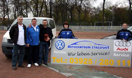 Maik Hoffmann (3.v.l.), Geschäftsführer der Autozentrum Staßfurt AZS 24 GmbH, übergab die neue Bandenwerbung