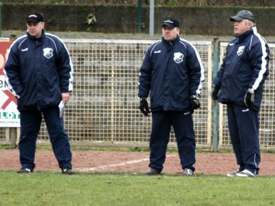 Das Trainer-Trio verfolgt das Spielgeschehen