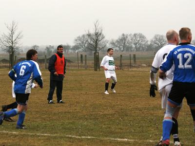 Ersatz-Referee K. Resch verfolgt das Geschehen