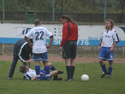 Kapitän A. Voigt liegt verletzt am Boden