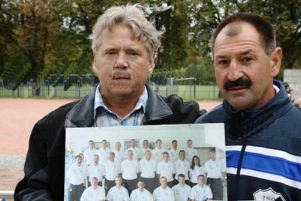 Achim Godon (links) und Peter Körner (rechts) hier bei der Verabschiedung von Achim aus dem Betreuerstab der ersten Mannschaft. | Foto: Verein