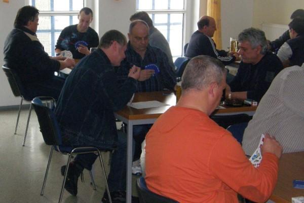 Am Karfreitag wurde bei den TSG-Fußballern das Runde Leder gegen die Skatkarten getauscht.   Foto: Verein